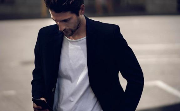 NOUVELLE PEUGEOT 208 ÉLECTRIQUE  – Homme avec smartphone, Application MyPeugeot