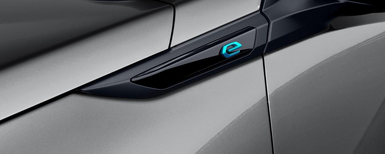 Nouveau SUV électrique PEUGEOT e-2008 pour les professionnels : monogramme électrique 'e'