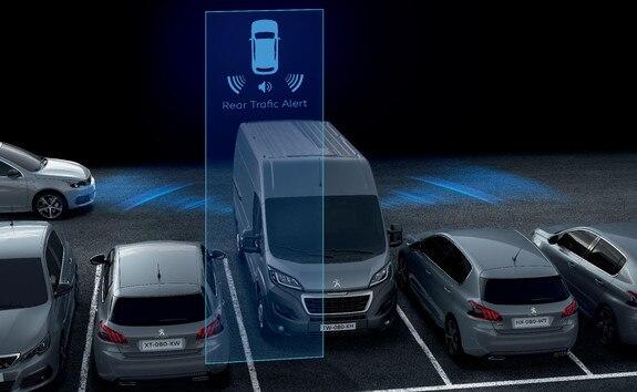 Rear Trafic Alert nouvelle fonctionnalité issue du système de Surveillance d'Angle Mort. Cette innovation permet de détecter les véhicules dans une distance de 50 m venant sur la gauche ou la droite lorsque la marche arri&