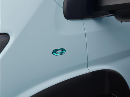 Nouveau PEUGEOT e-Boxer : Signature de la gamme électrique des utilitaires PEUGEOT